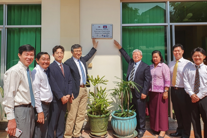 22일, 캄보디아 프놈펜에서 한동대-ASEAN 창업혁신센터 현판식 (사진2)