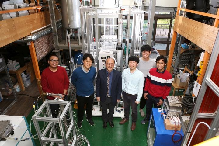 (사진2) 한동대 이재영 교수와 연구팀이 실험실 실증 장비 앞에 모였다.